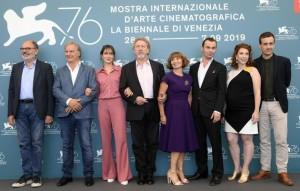 Robert Guédiguian e il cast del film Gloria mundi