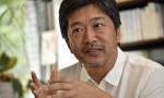 Hirokazu Kore-eda è uno dei più grandi autori contemporanei, un grande narratore di storie drammatiche con una leggerezza di tocco e un umorismo non comune. Un realizzatore di film davvero […]