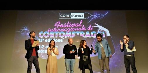 Si è chiusa sabato 7 aprile l'edizione 2018 diCortisonici – Festival di Cortometraggiche da anni apre la primavera varesina, portando al cinema centinaia di spettatori amanti del cinema in formato […]